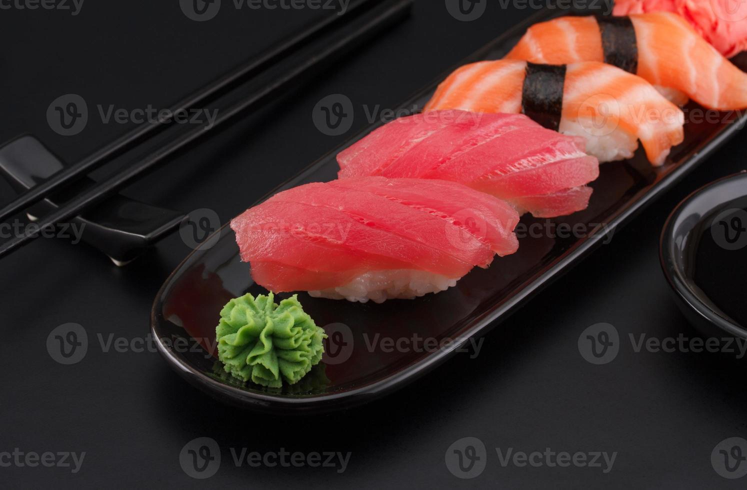 premium kwaliteit sushi rolt op zwarte achtergrond foto