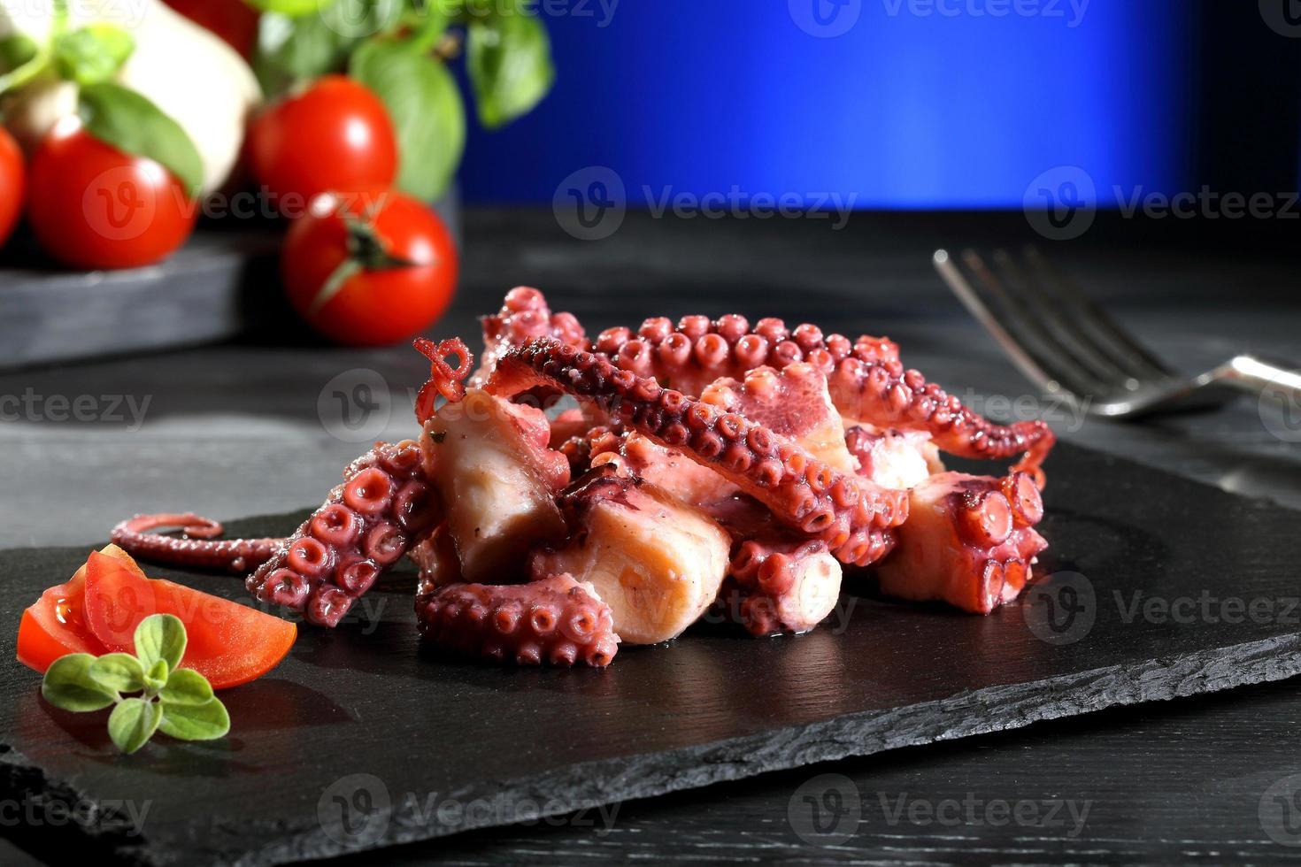 octopussalade zwarte steen blauwe achtergrond foto