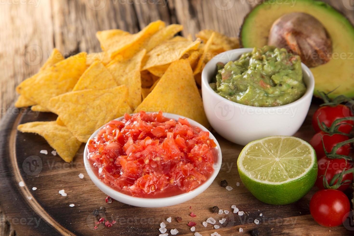 guacamole met brood en avocado foto