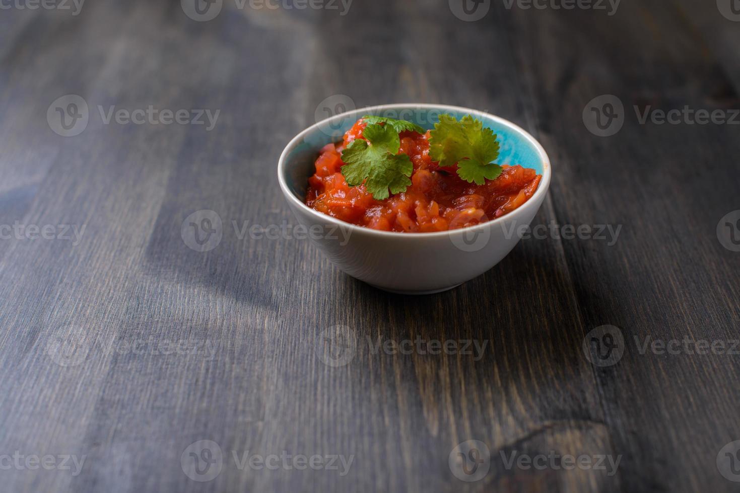 salsasaus op houten tafel foto