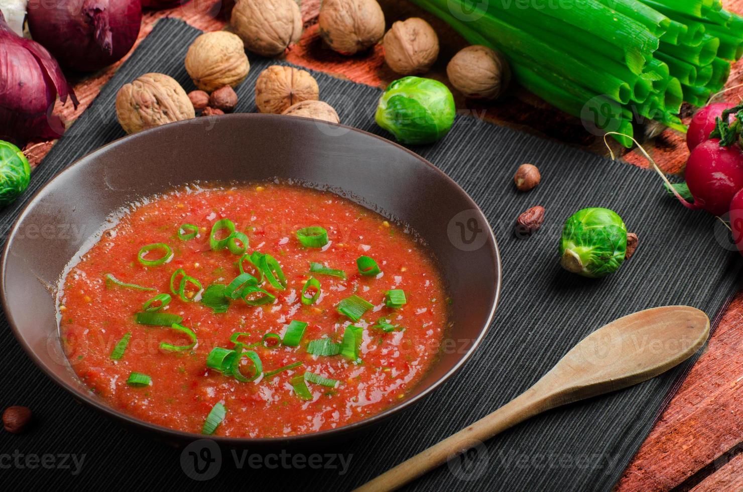 hete salsa tomaat met bosui en rode paprika foto
