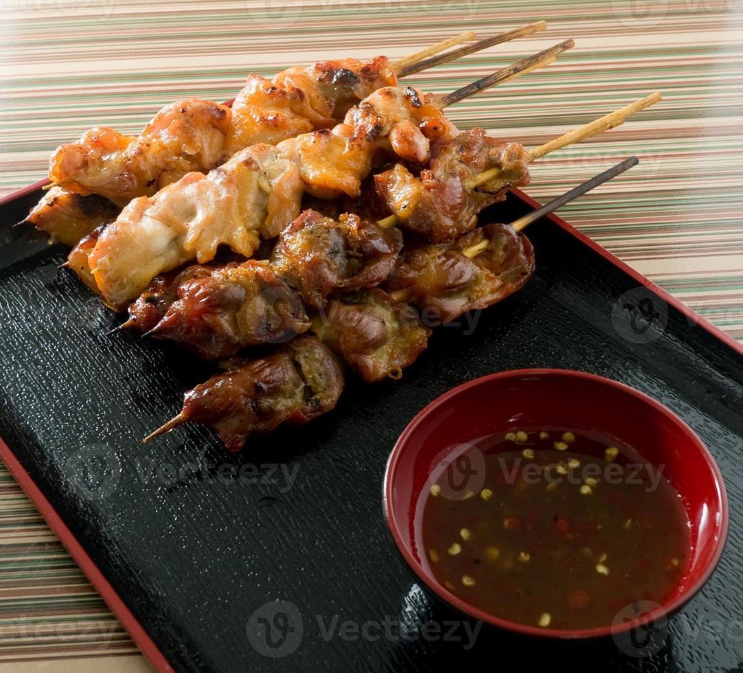 barbecue kip gegrild voedsel op bamboe spies foto
