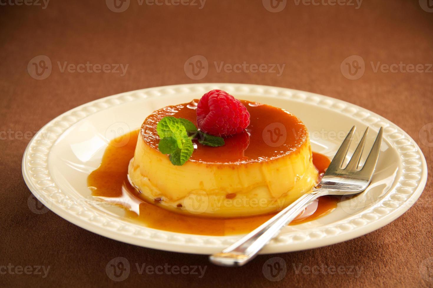 crème caramel met frambozen. foto