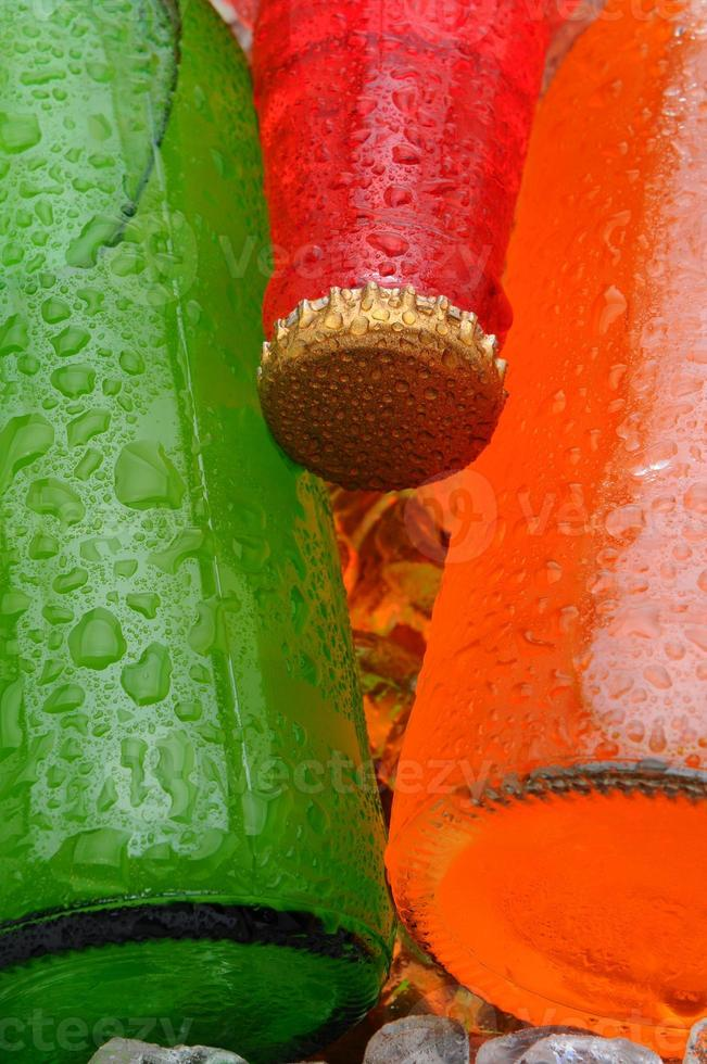close-up drie frisdrankflessen foto