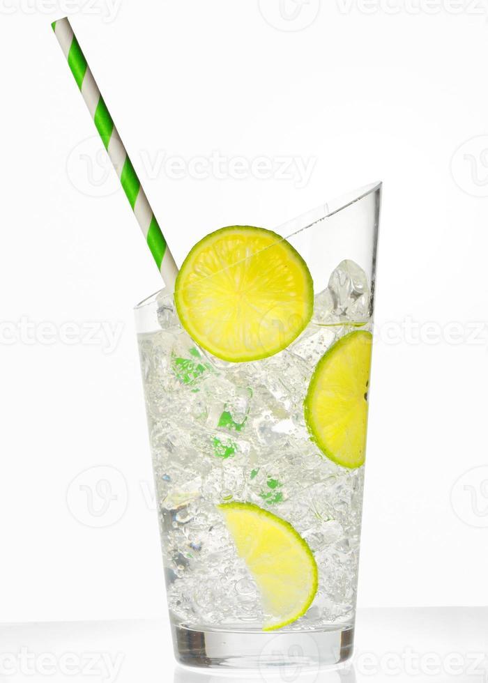 glas met sap en ijsblokjes foto