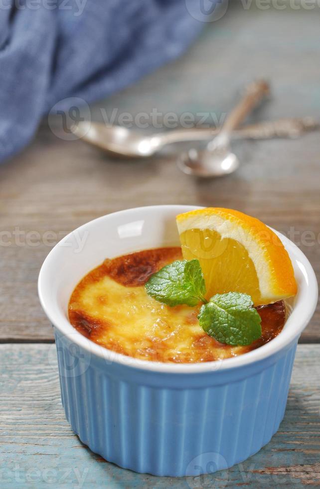 de crème brulee met sinaasappel foto