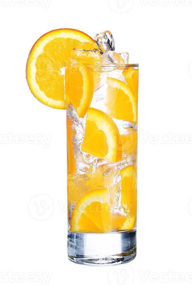 glas koude oranje cocktail met geïsoleerd ijs foto