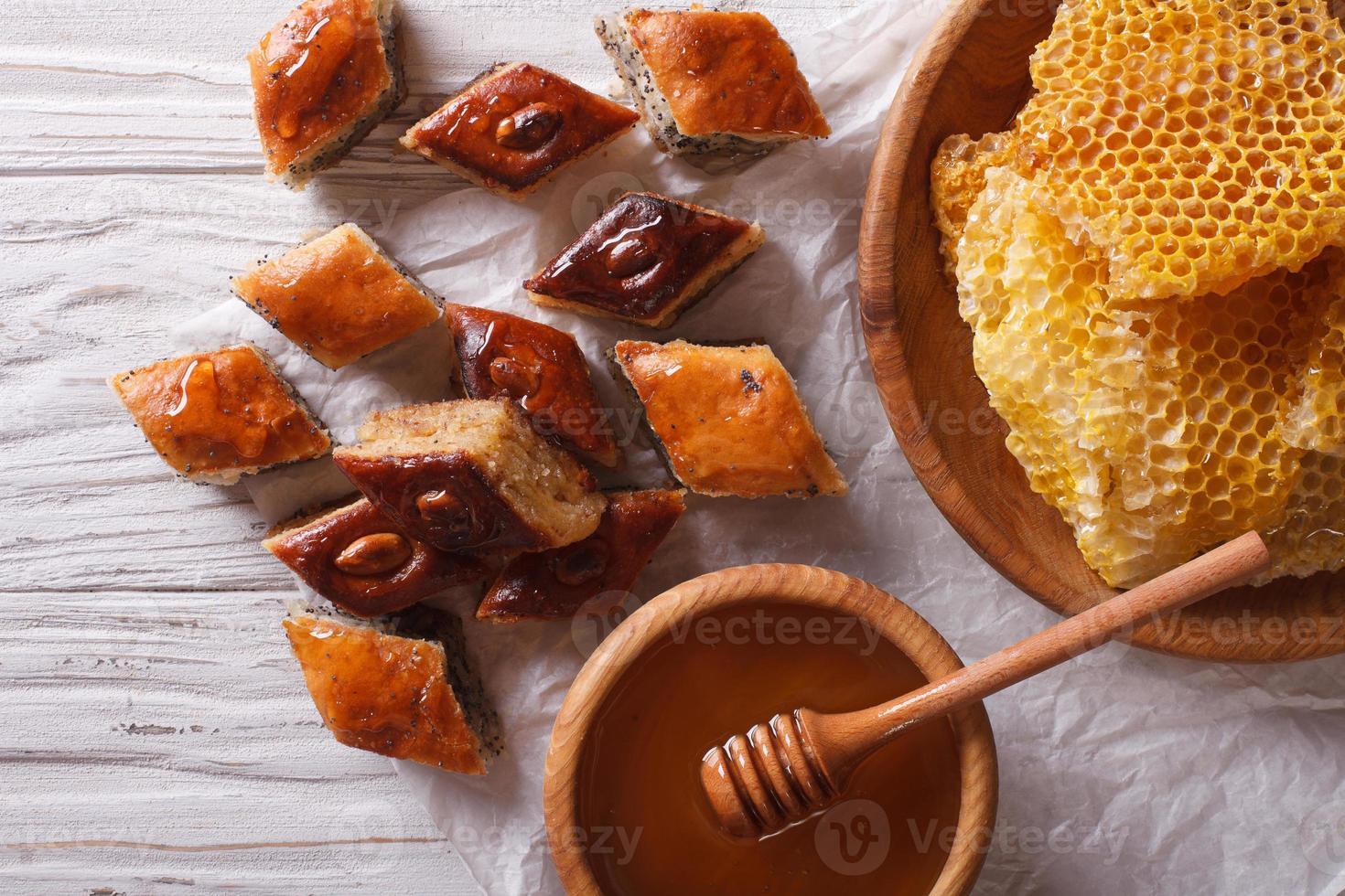 heerlijke baklava en honing close-up horizontale bovenaanzicht foto