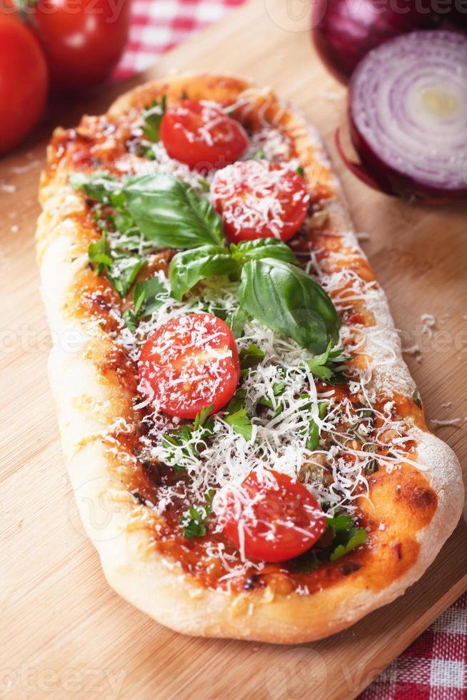 huisgemaakte pizza met tomaat en parmezaanse kaas foto
