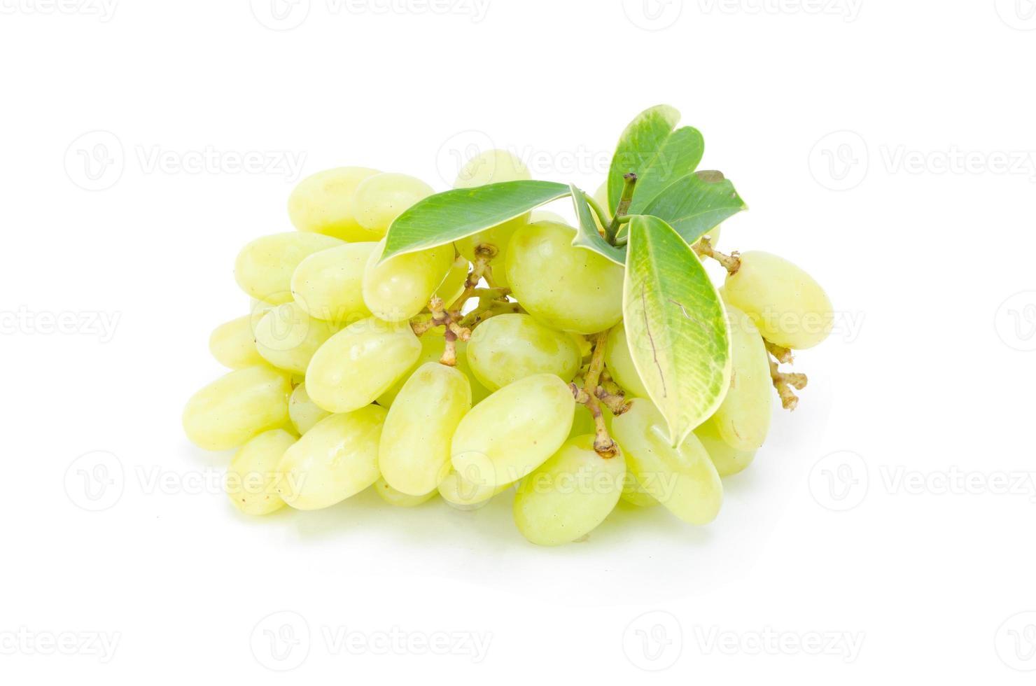 groene en rode rijpe druiven geïsoleerd op de witte achtergrond foto