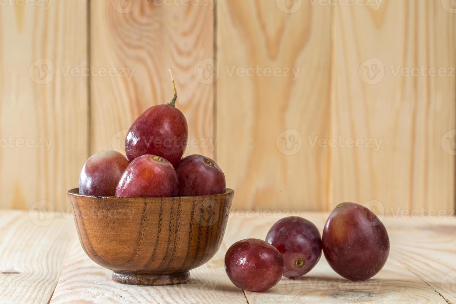 druiven op een houten tafel foto