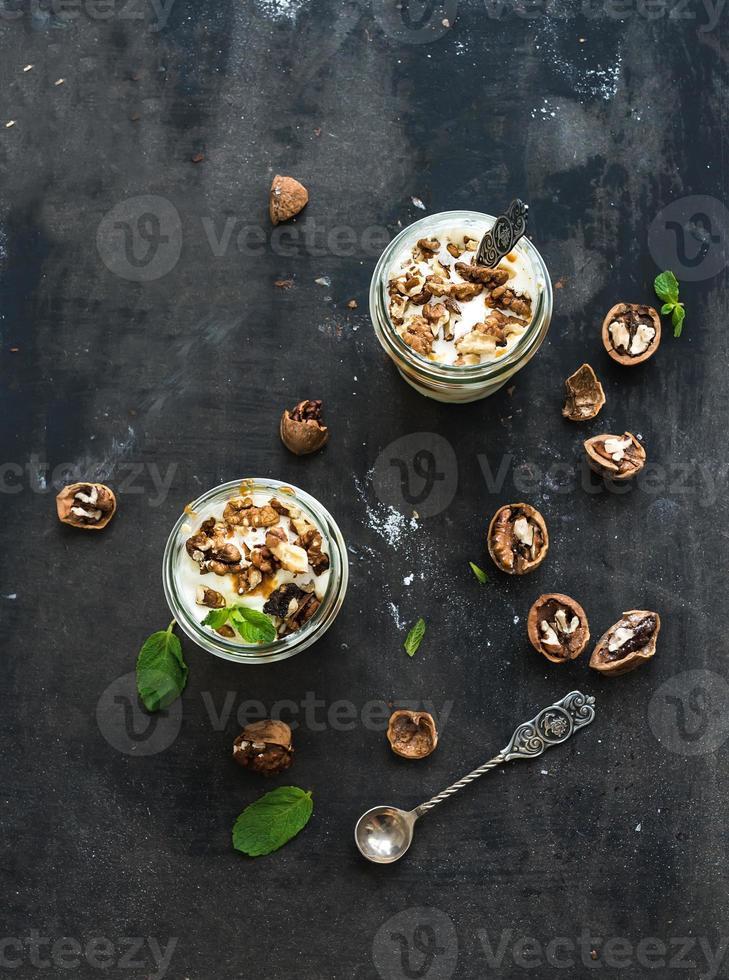 walnoot en gezouten karamelijs in glazen potten met foto