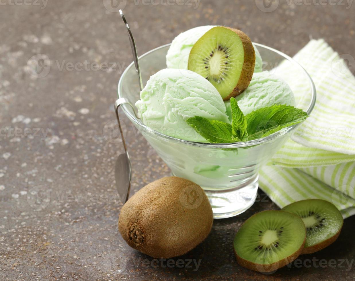 fruit romig ijs met groene kiwi en munt foto