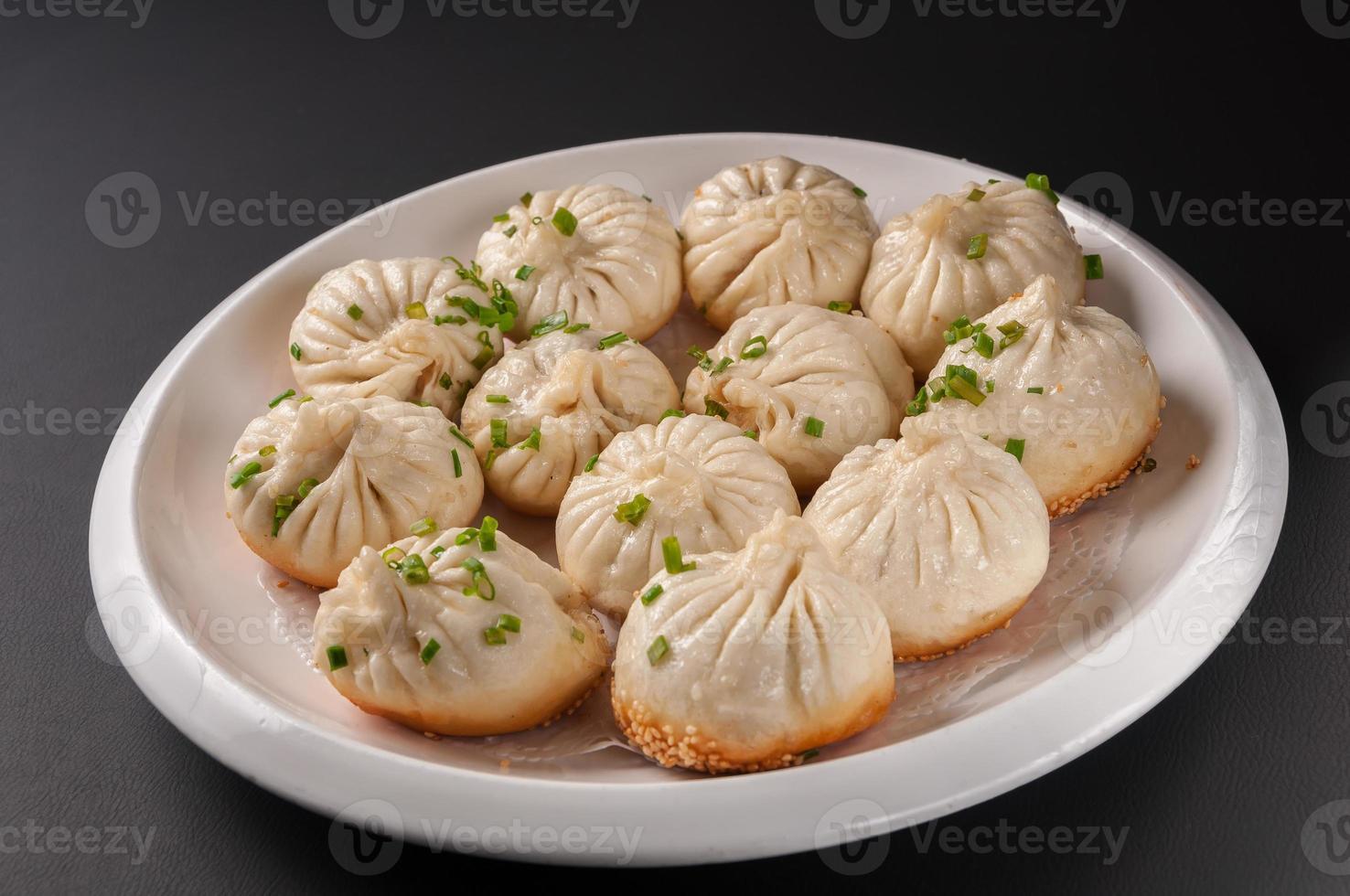 shanghai gebakken baozi gevuld met varkensvlees foto