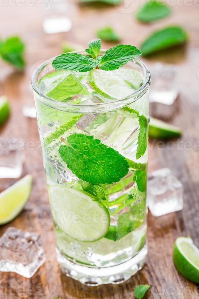 cocktail met limoen en munt foto