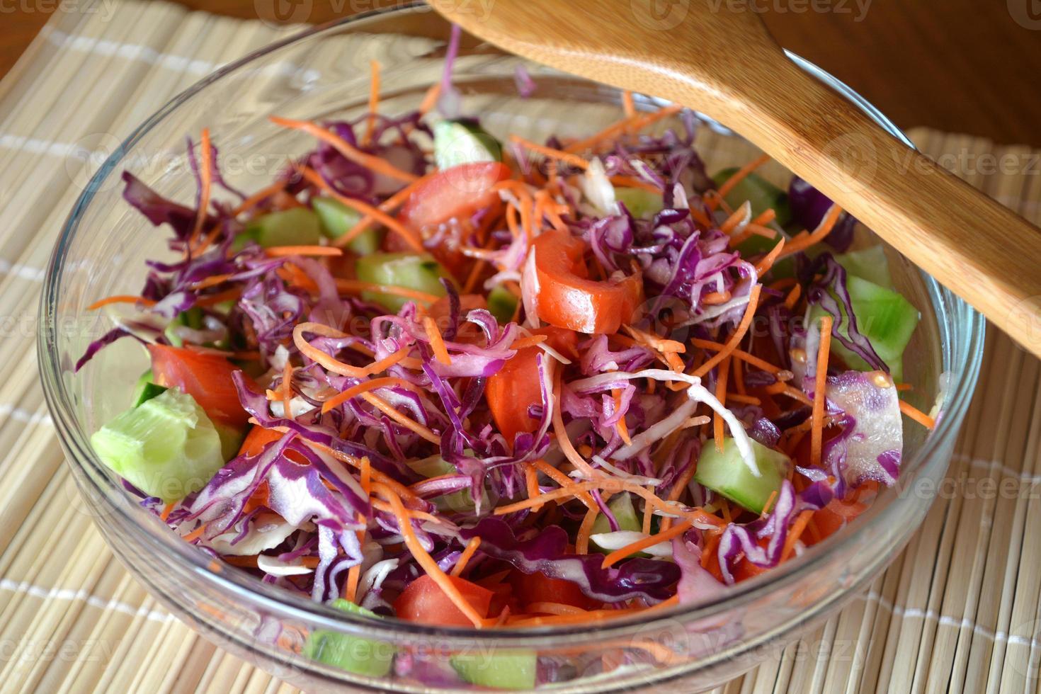 gezonde groentesalade met rode kool op een glazen kom foto