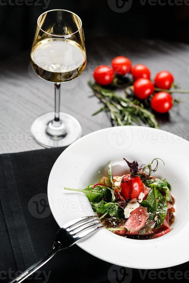 salade met wijn foto