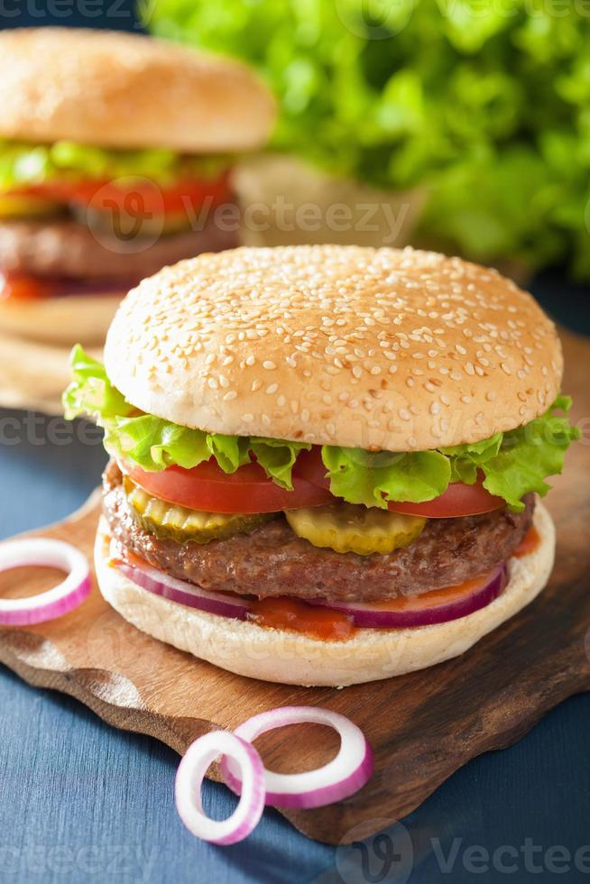 hamburger met runderpasteitje ui tomatenketchup foto