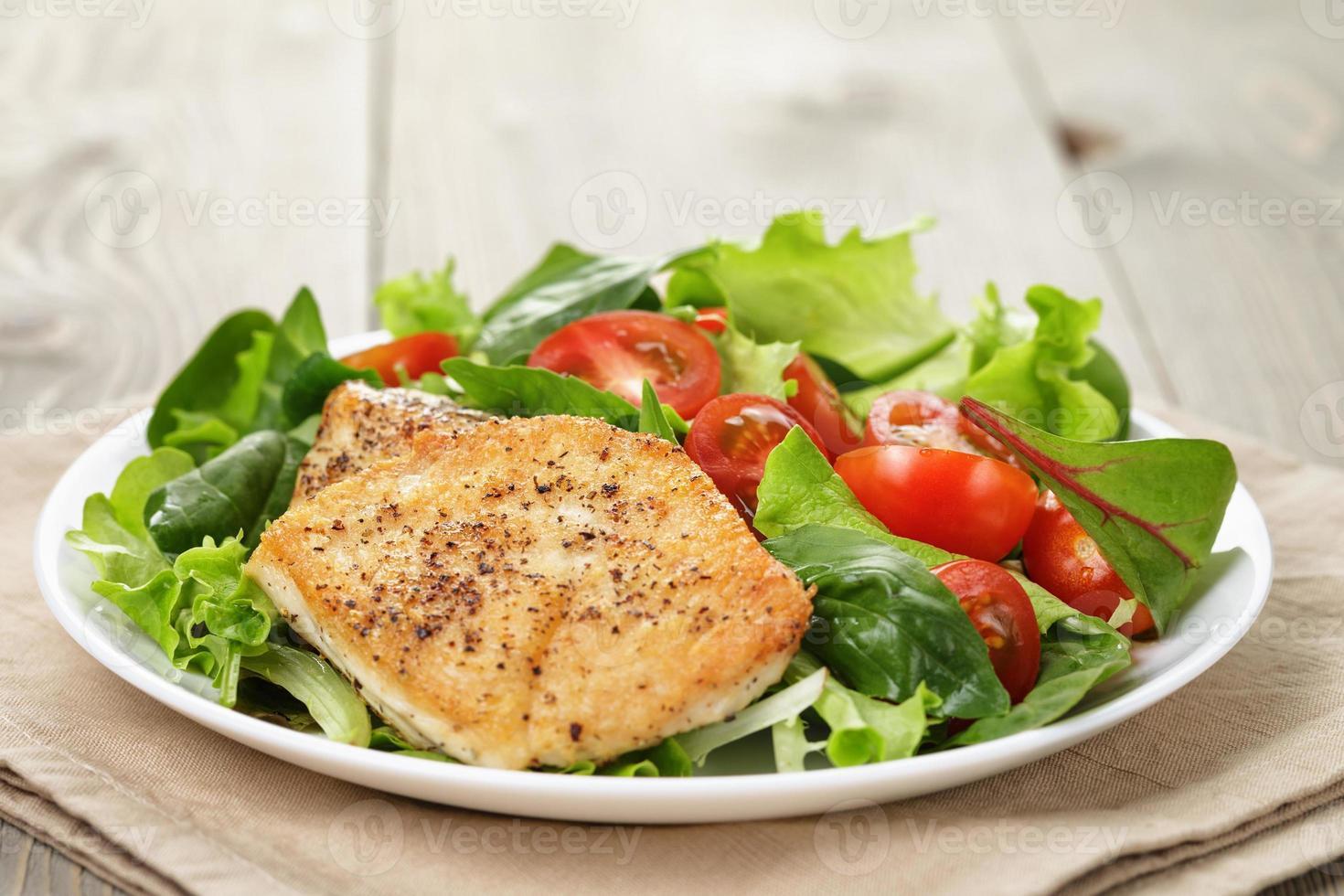 gebraden kip met groentesalade en kruiden foto
