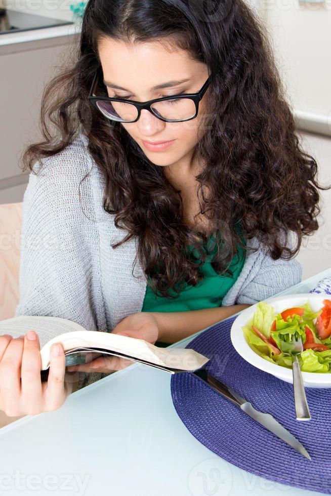 ze is verslaafd aan lezen foto