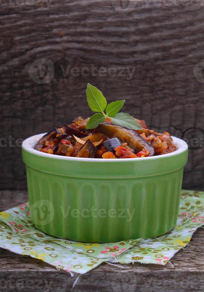 ragout van groenten (paprika, aubergine, tomaten, uien, courgette) foto