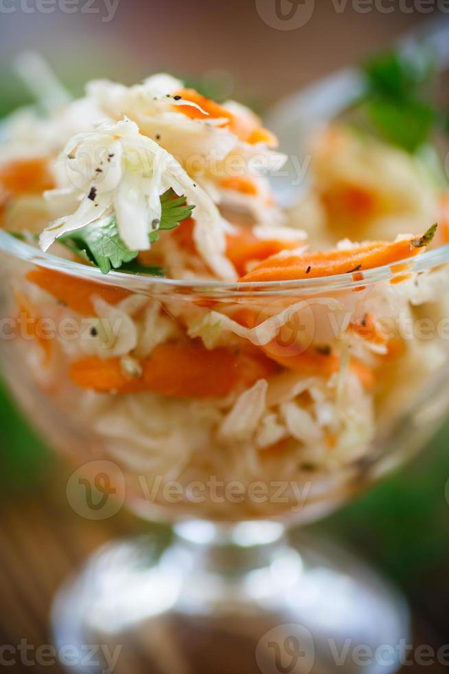zuurkool met wortelen en kruiden foto