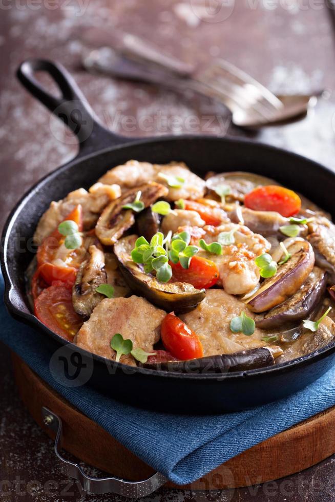 kip met tomaten en aubergine foto