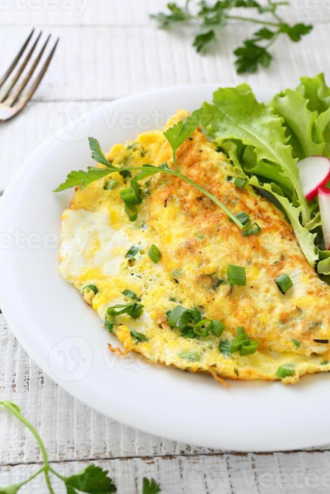 omelet met kruiden op plaat foto