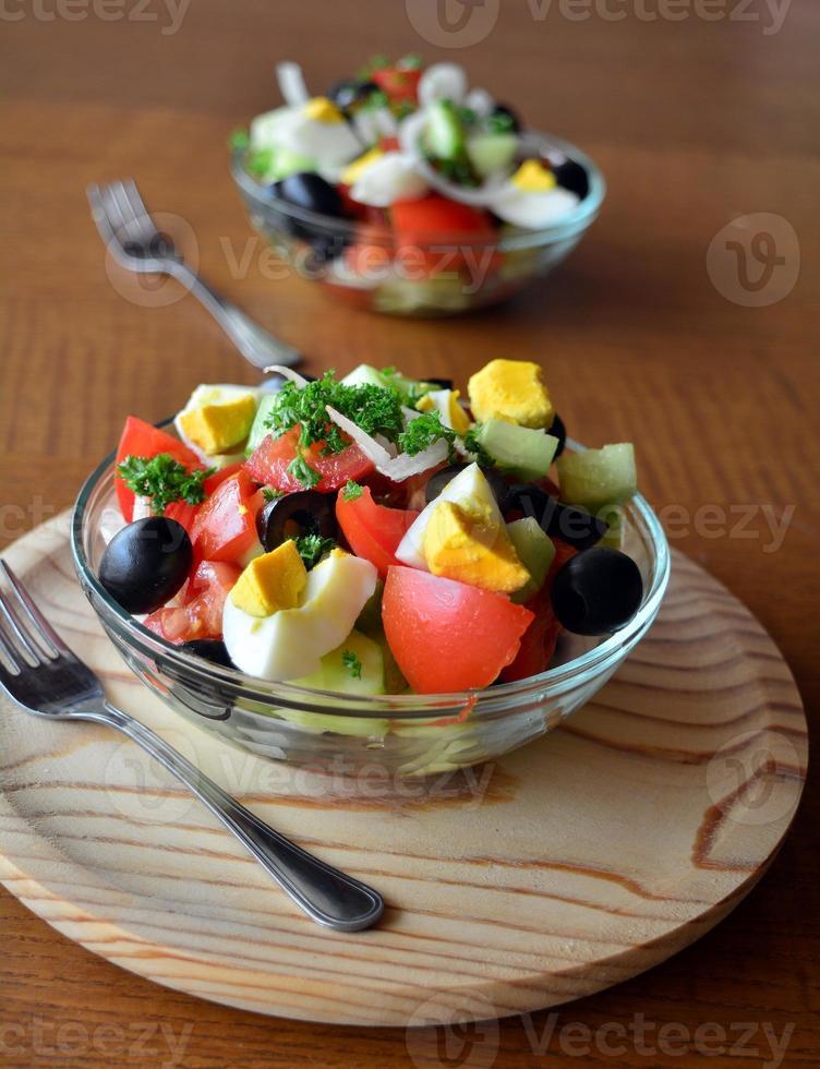 verse lente gemengde groentesalade met eieren foto