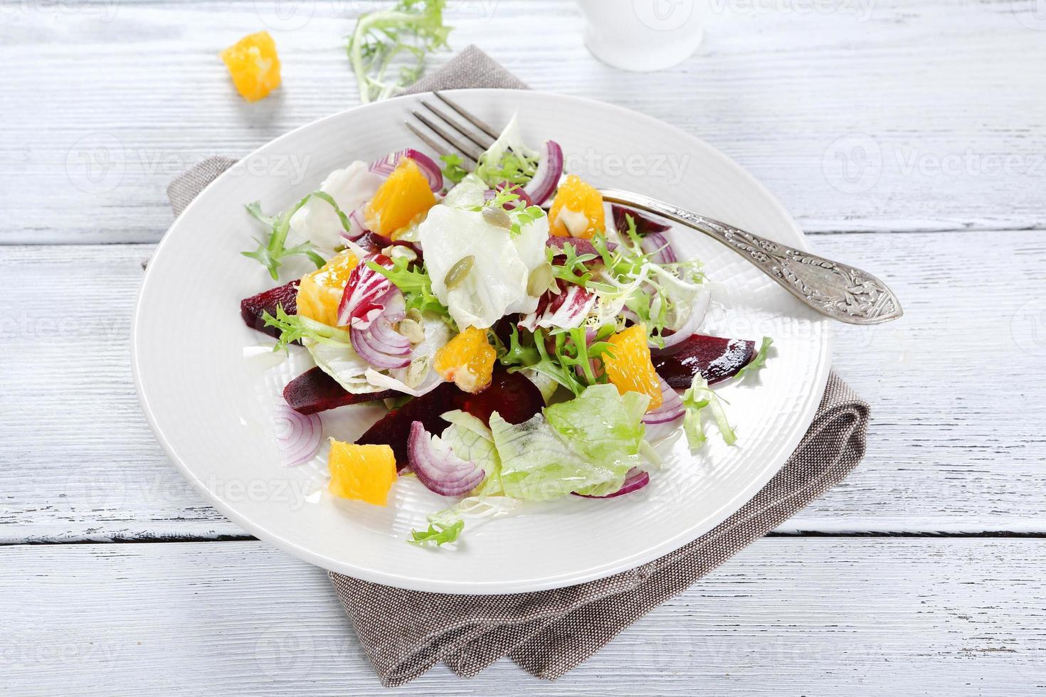 salade met saus op een bord foto