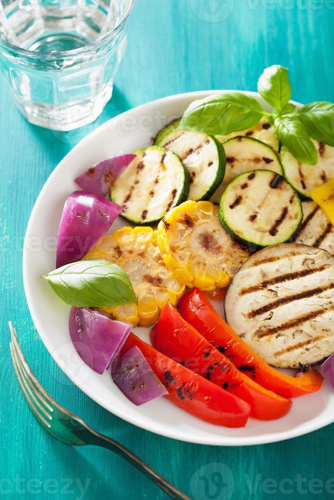 gezonde gegrilde groenten op plaat foto
