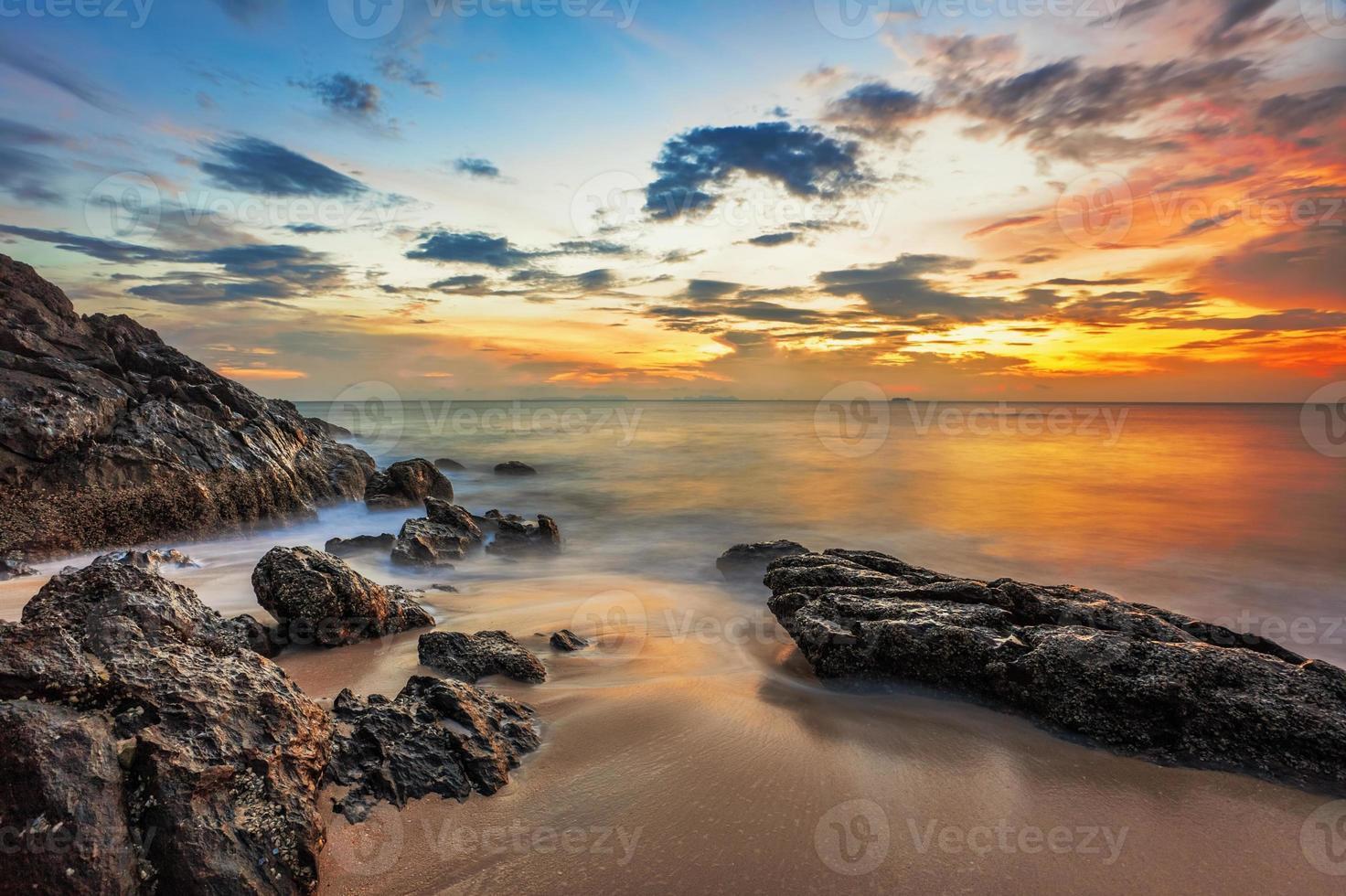 sombere tropische zonsondergang foto