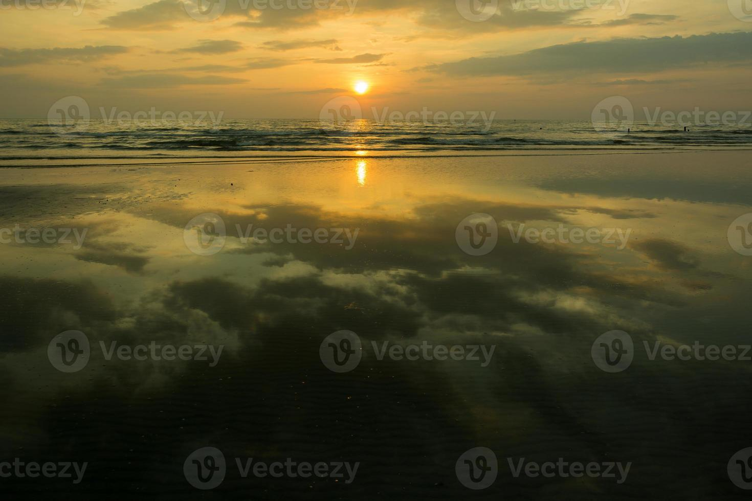 zonsondergang in het water foto