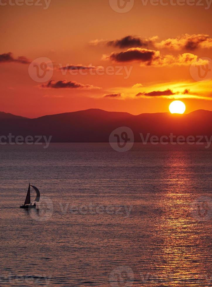 jacht bij zonsondergang foto