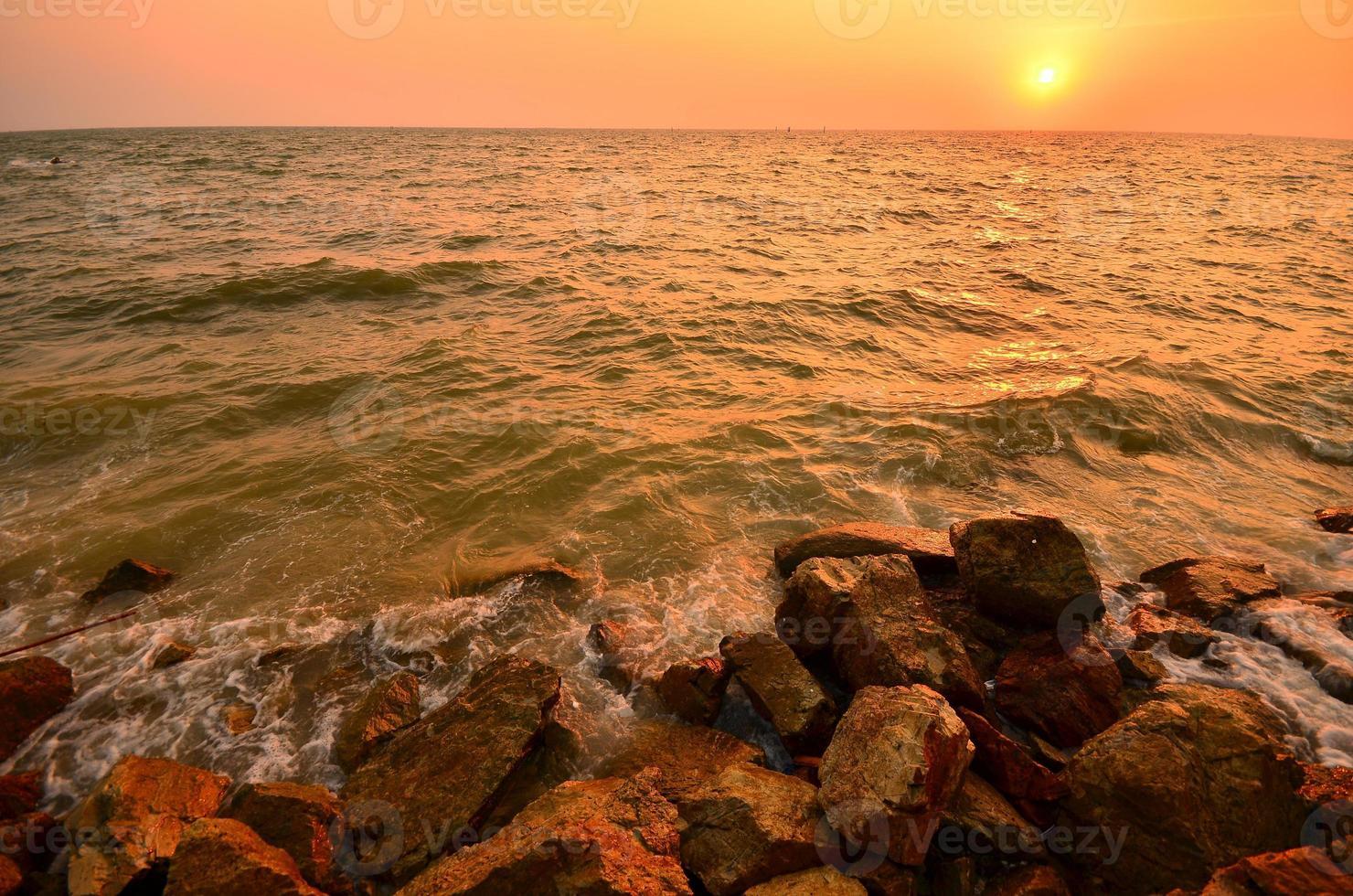 zeegezicht bij zonsondergang achtergrond foto