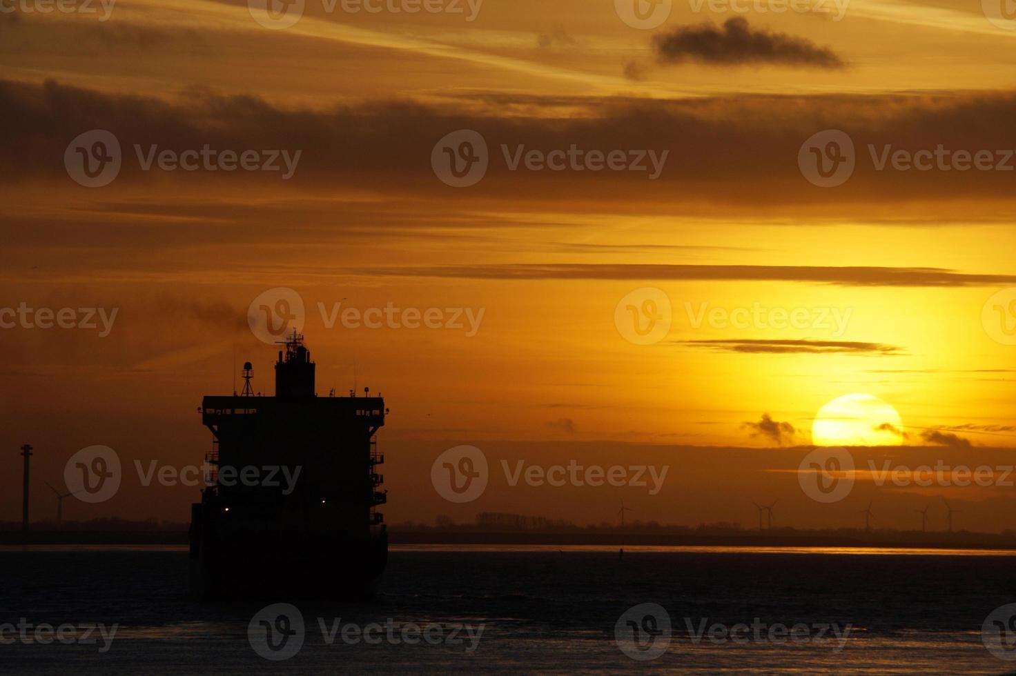 zonsondergang op de elbe foto
