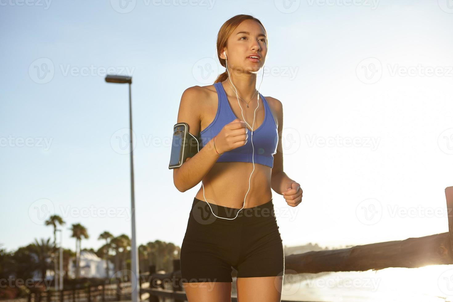 jonge jogger die een gezonde levensstijl leeft foto