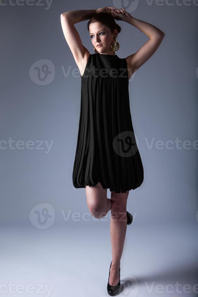 fashion model poseren in een vintage avant-garde jurk foto