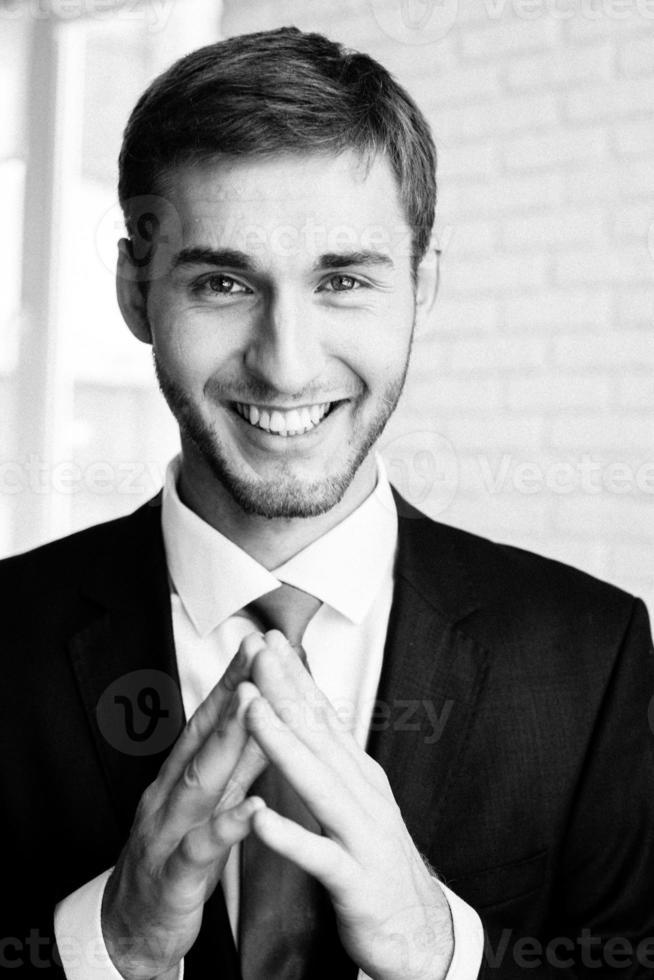 lachende knappe zakenman foto