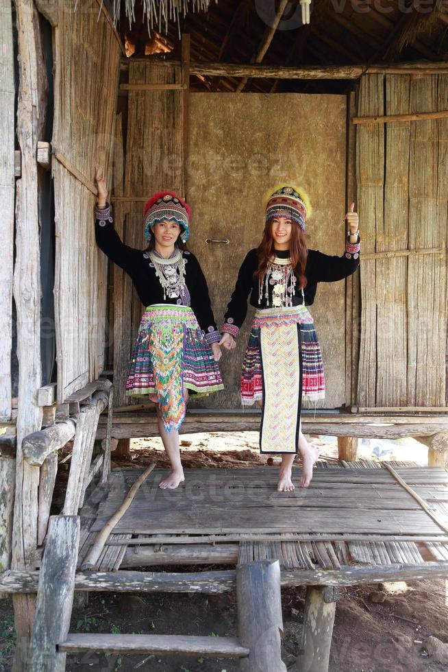 traditioneel geklede mhong bergstamvrouw foto