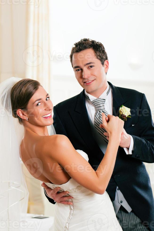bruid en bruidegom dansen de eerste dans foto