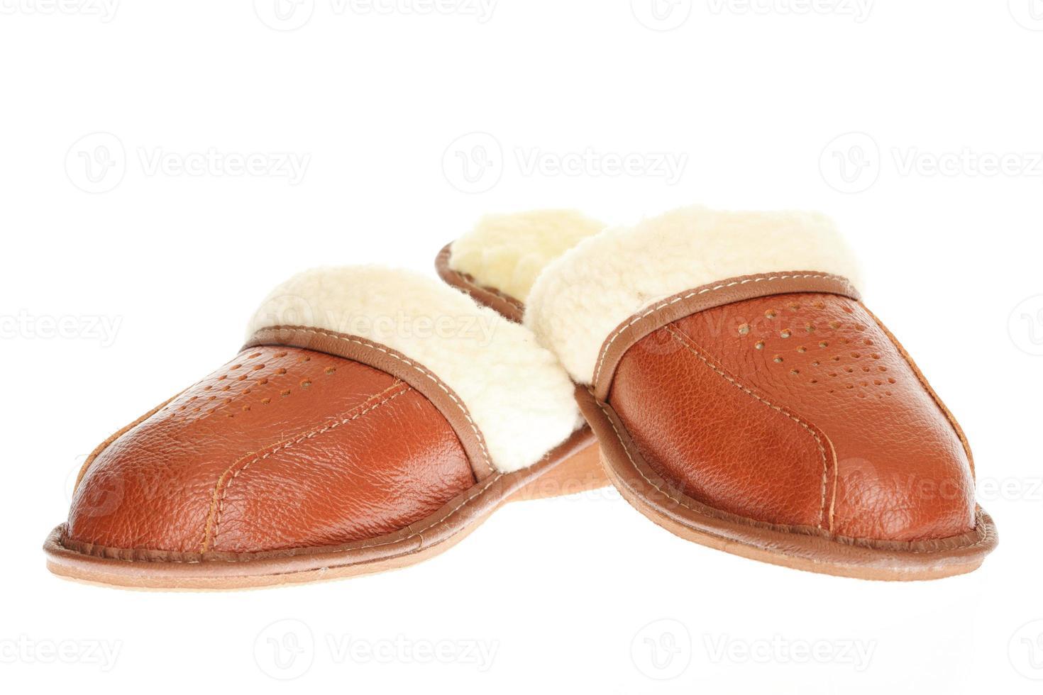 bruine slippers geïsoleerd op een witte achtergrond. foto