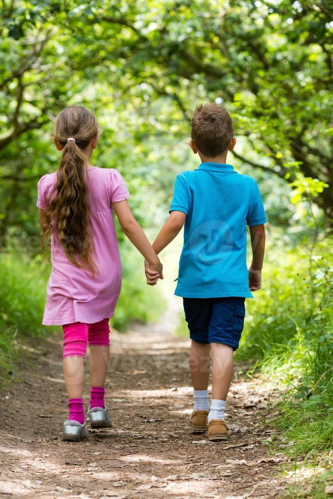 wandelende jongen en meisje foto