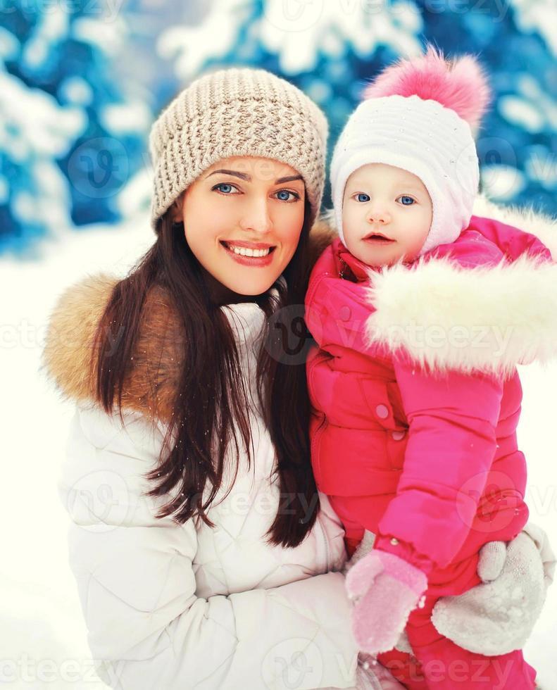 portret gelukkig lachend moeder en kind in besneeuwde winterdag foto
