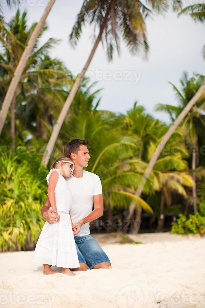 klein schattig meisje en haar vader op tropische exotische strand foto