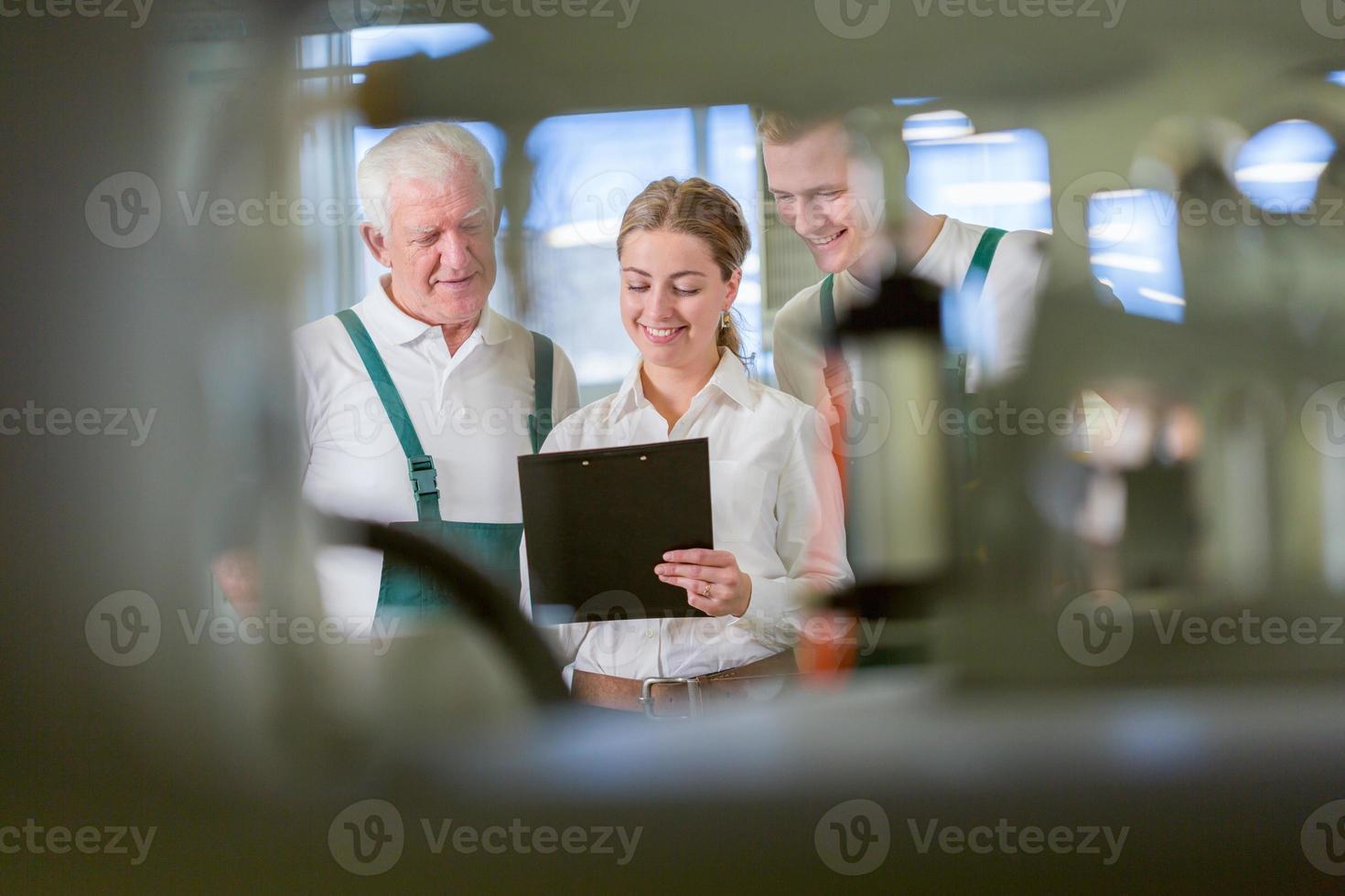 weergave van drie arbeiders foto