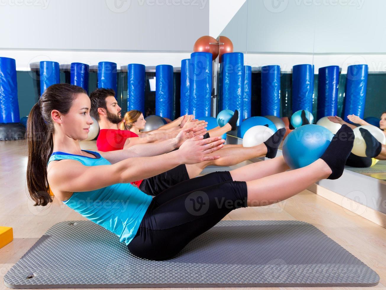 pilates softbal de teaser-groep oefenen in de sportschool foto
