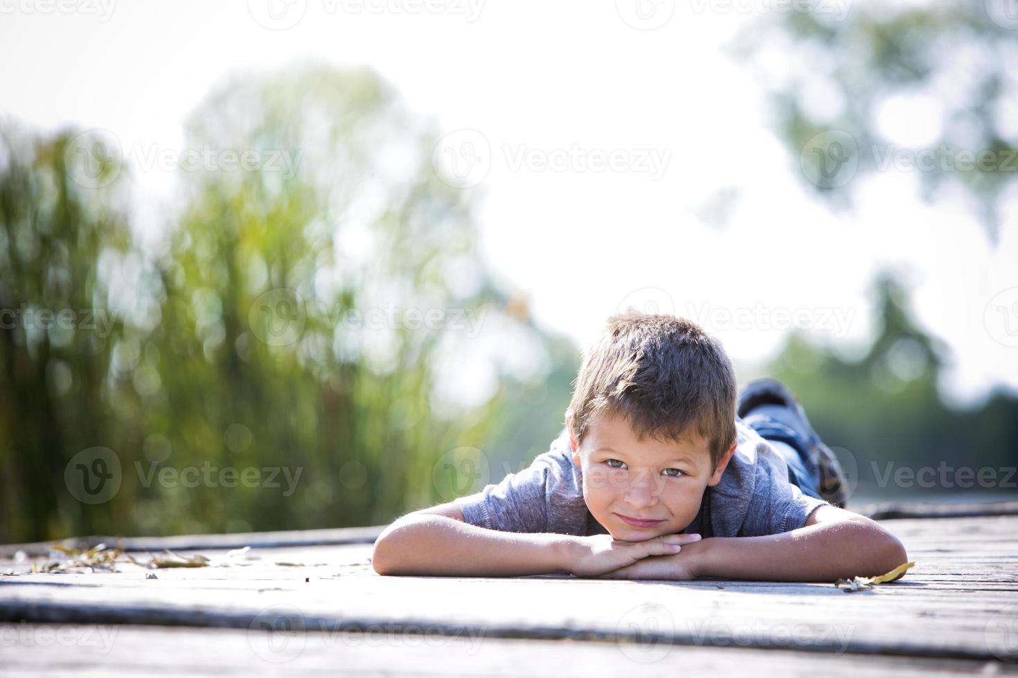 portret van een kleine jongen in het park foto