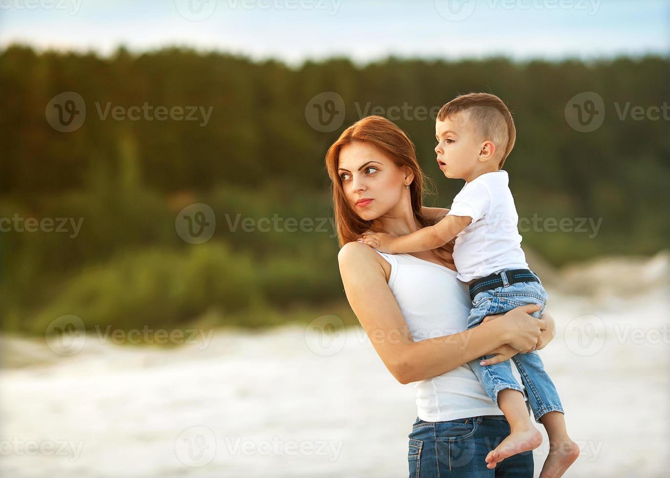 gelukkige moeder en zoon in de bergen spelen foto