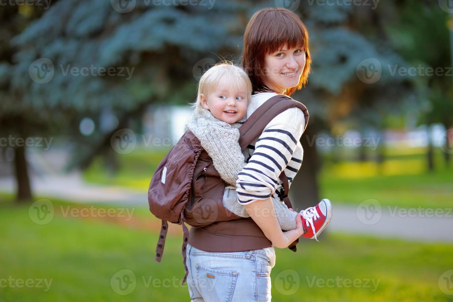 jonge moeder met haar peuterkind foto